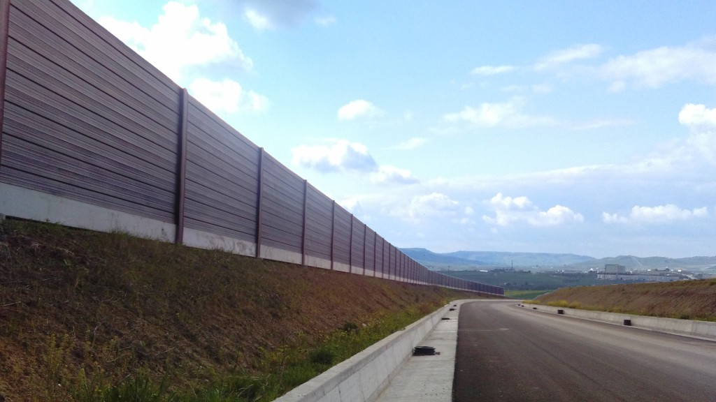 Barriera antirumore con pannelli fonosiolanti in acciaio corten tipo CIR HBS, passo 6,00 m