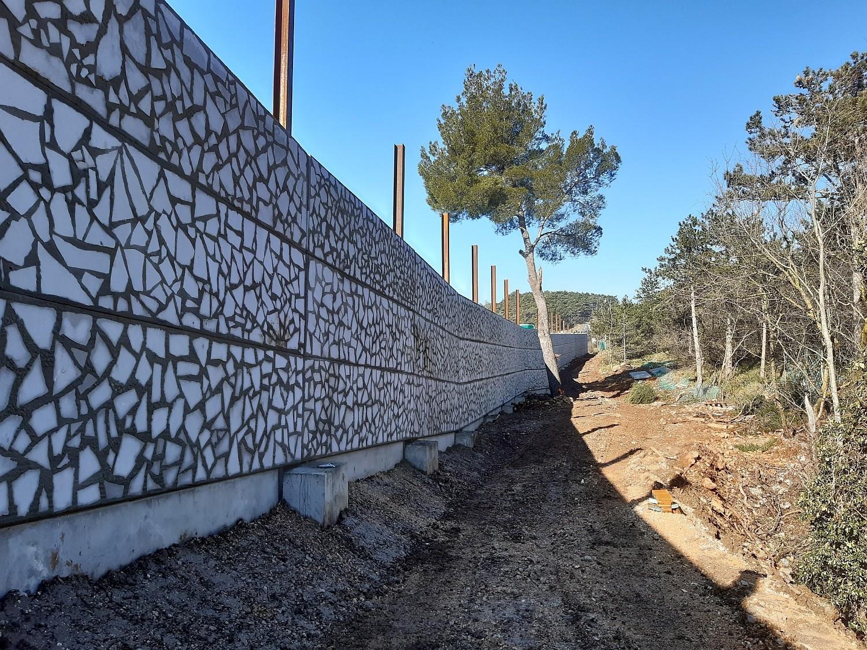 Barriera antirumore con pannelli rivestimento in pietra di Aurisina lato ricettore