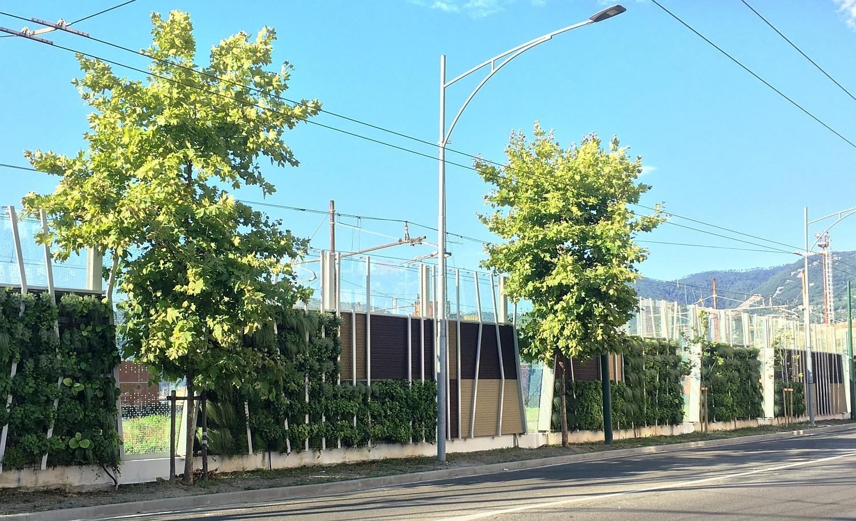 Barriera antirumore ferroviaria integrata con verde verticale