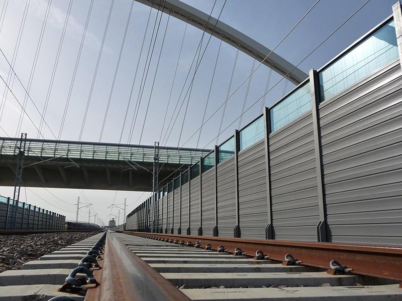 Barriera antirumore con pannelli fonoassorbenti in acciaio inox