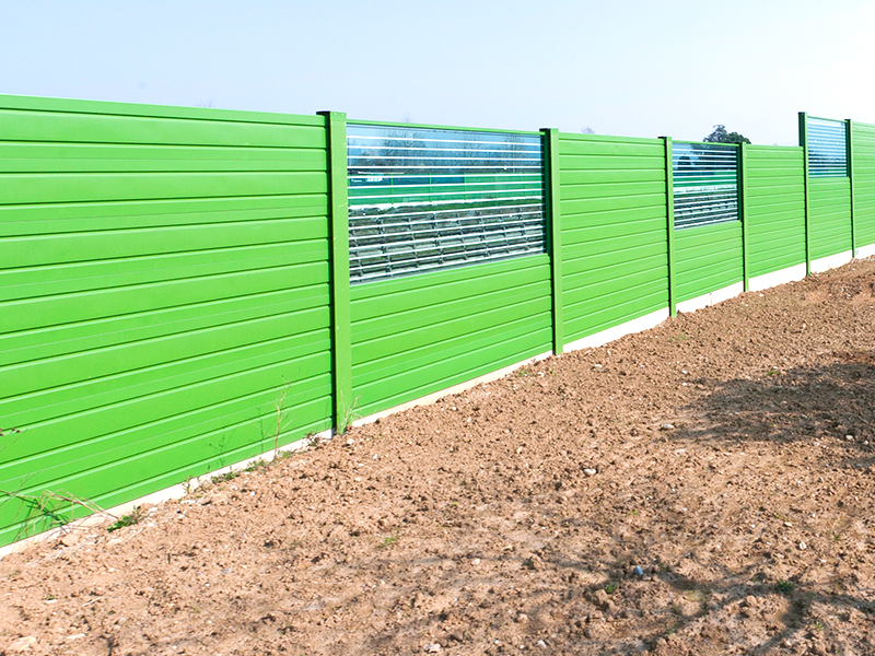 Barriera acustica con pannelli fonoassorbenti bi-metallici