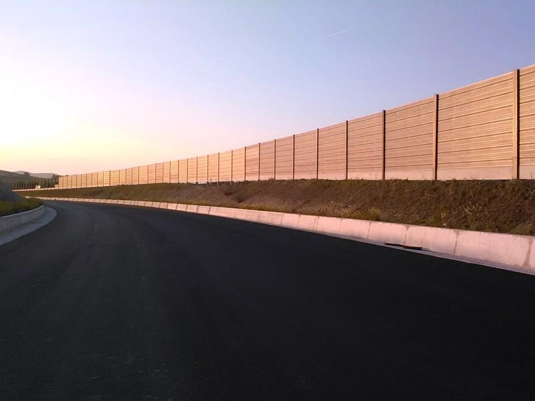 Barriera antirumore con pannelli fonoassorbenti in acciaio corten modello CIR HBS M100 montaggio standard con montante in vista
