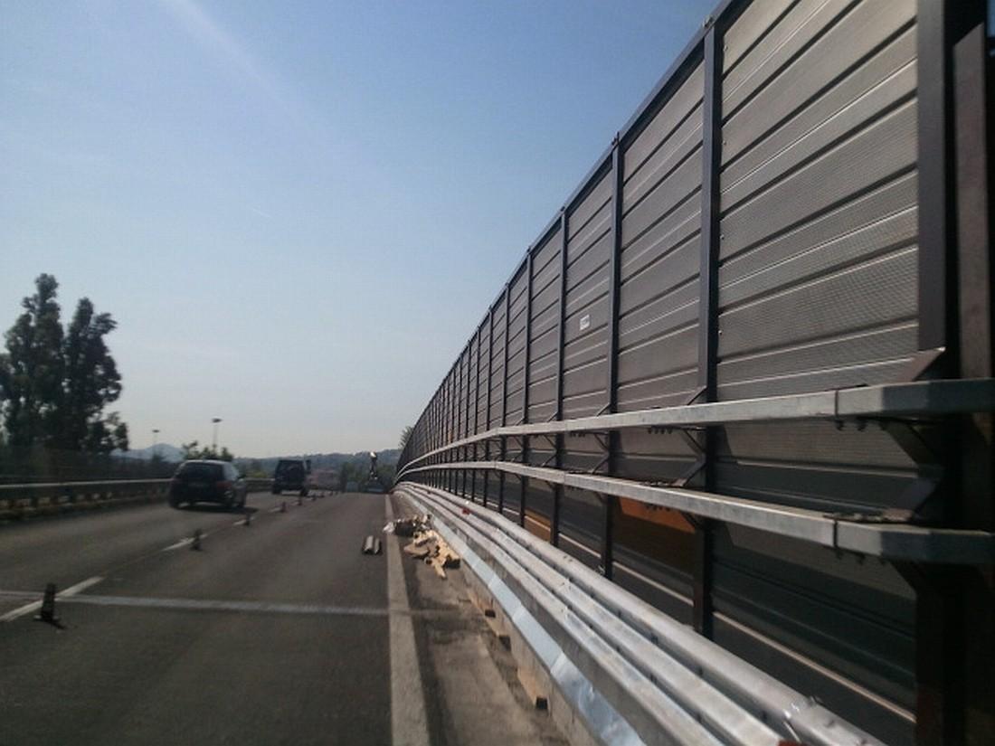 Barriera acustica, sicurezza e antirumore, realizzata con pannelli fonoassorbenti in acciaio corten